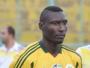 Atacante camaronês Albert Ebosse foi atingido por um objeto atirado por torcedores