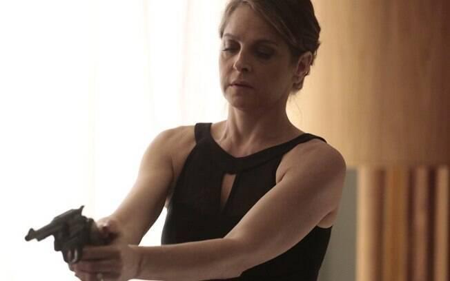 Carolina (Drica Moraes) é flagradas por Angel (Camila Queiroz) no quarto de Alex (Rodrigo Lombardi) com arma na mão
