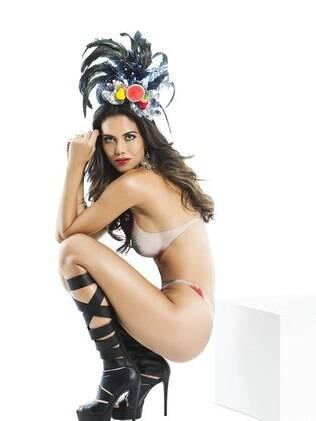 Daniela Albuquerque teve o corpo pintado por Marco Diniz