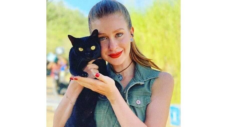 Marina Ruy Barbosa com um dos gatos usados para o papel de León, na novela