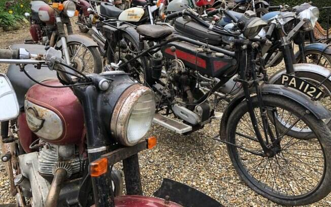 Parte das 22 motos achadas na cidade de Charterhouse, no Reino Unido