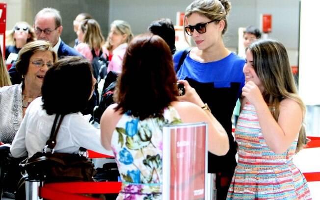 A atriz posou para fotos com fãs que estavam no local