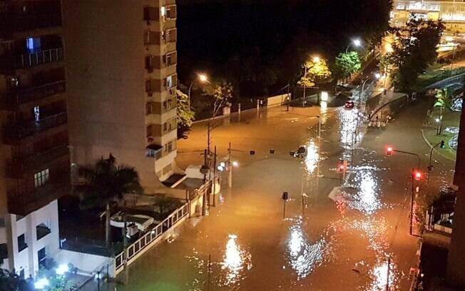 Imagem mostra alagamento no bairro do Maracanã, próximo à Universidade Estadual do Rio de Janeiro (Uerj)