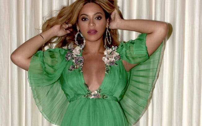 Beyoncé brilha em pré-estreia de filme com vestido longo