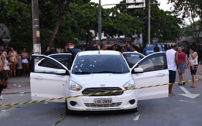 Carro onde estava o músico Evaldo dos Santos Rosa e sua família foi atingido por 80 tiros disparados por militares do Exército