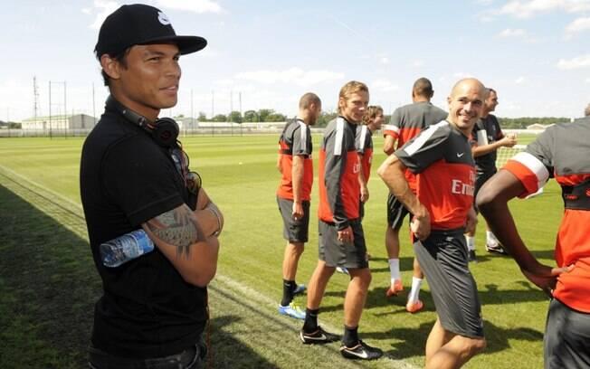 Thiago Silva observa seus companheiros no  primeiro dia de trabalho no PSG