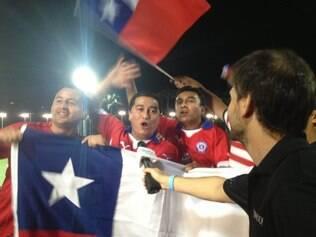 Torcedores chilenos fizeram a festa no treino da equipe em Belo Horizonte