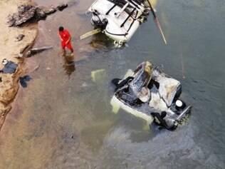 Bombeiros localizaram o corpo do motorista neste sábado (10), após intensa busca no rio