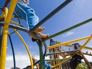 Crianças brincam em parque de Brasília
