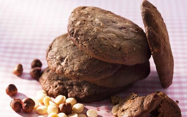 Foto da receita Cookies de chocolate branco e avelãs pronta.
