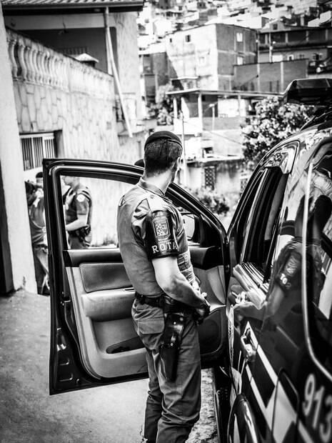 Durante a abordagem, um dos Policiais se afasta para ter uma visão geral, orientar os transeuntes e proteger a equipe que conversa com o suspeito