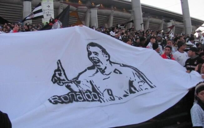 Faixa para Ronaldo levada pelos torcedores do  Corinthians para o Japão