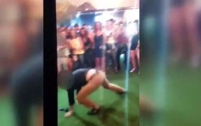 Em vídeo publicado pelo repórter Ryan Haarer, agente do FBI aparece dançando quando arma cai e dispara em outro rapaz