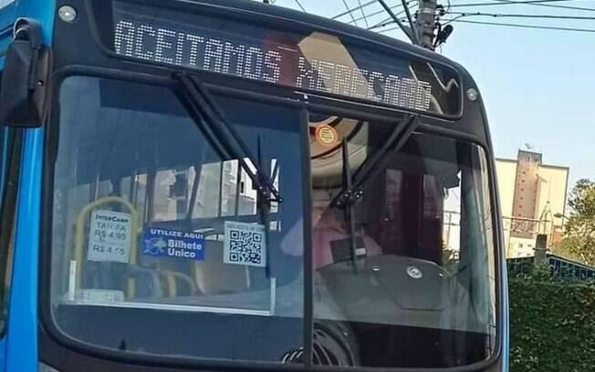 Ônibus de Campinas circula com 'Aceitamos xerecard' em letreiro
