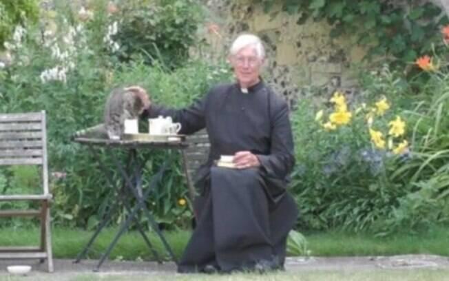 Gato bebendo leite durante missa online