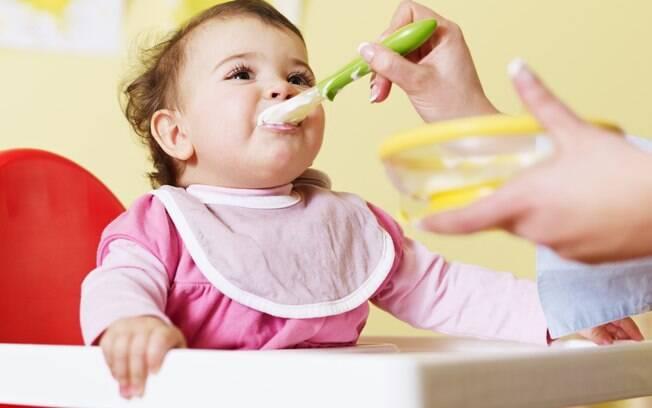 Se o bebê inicialmente rejeitar novos alimentos, a mãe deve insistir na oferta em outro momento