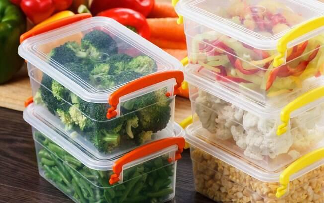 Alguns materiais de potes de plástico não são recomendados para serem usados nos utensílios de cozinha; veja motivo