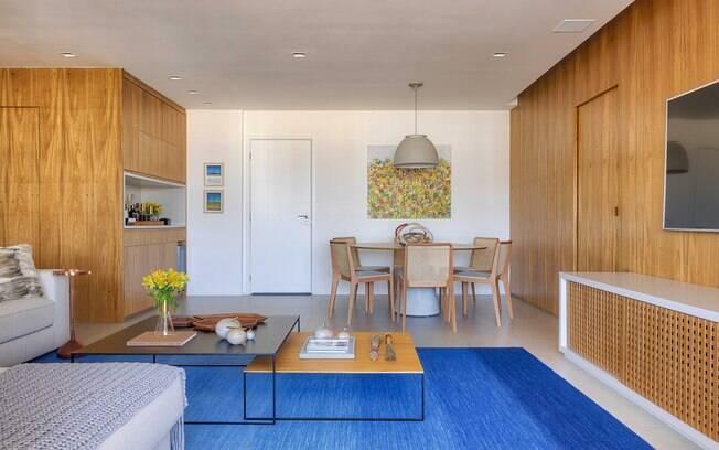 Usar painel de madeira na decoração e outros itens no material é uma forma de mudar a cara do ambiente