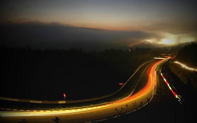 Pista à noite no Autódromo de Interlagos consegue reunir carros preparados ou clássicos, inclusive, durante a noite