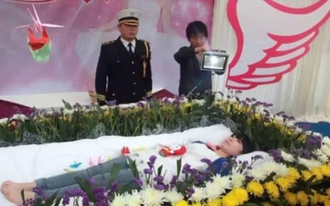 Ensaio do próprio velório, China: em 2013, Zeng Jia, 22, enviou convites para seu falso velório. Foto: Reprodução/Youtube