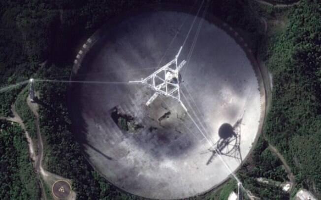 Vista aérea mostra um buraco nos painéis da antena do Observatório de Arecibo
