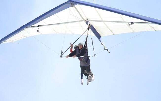 Gloria Maria aterrissando com um instrutor de asa-delta