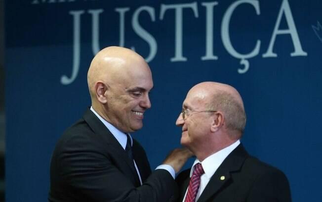 Novo ministro do STF, Alexandre de Moraes (esq.) participou da posse de Osmar Serraglio na pasta da Justiça