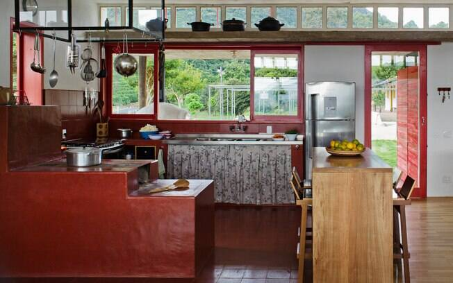 Cozinha mineira, coração da casa. Ao fundo a paisagem sempre presente