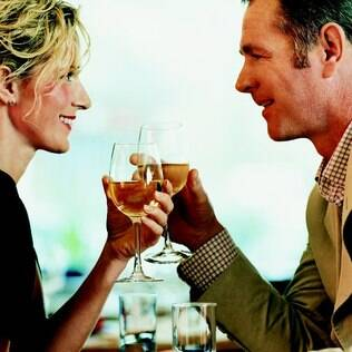 """Marcar um dia da semana para """"namorar o marido"""" traz benefícios para o relacionamento"""