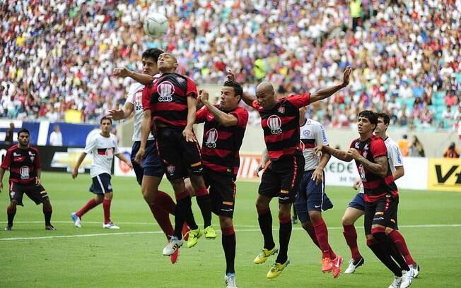 Lance de Bahia e Vitória. Renato Cajá, do time rubro-negro, de pênalti, marcou o primeiro gol do novo estádio.