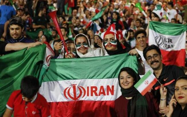 Iranianas assistem a partida da Copa do Mundo em telão montado em estádio de Teerã