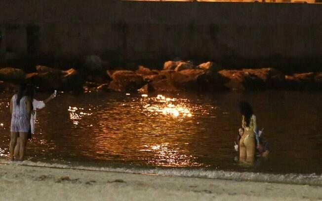 Rihanna sensualiza durante mergulho em praia imprópria para  banho no Rio
