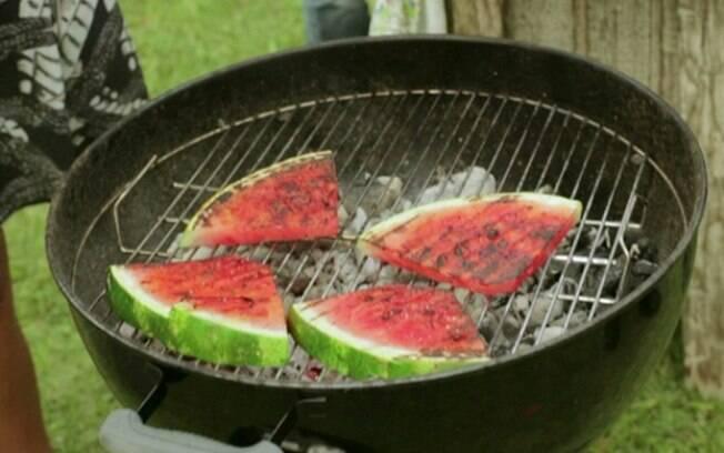 A melancia pode ter virado meme, mas com estas dicas você irá fazer sucesso no churrasco