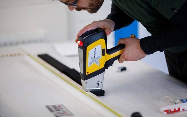 Jake Ciborowski (Universidade de Brighton) analisa o núcleo sarsen extraído de Stonehenge, usando um espectrômetro portátil de fluorescência de raios-x