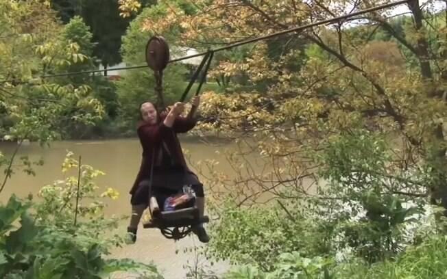 Por mais que este seja o caminho mais rápido para a senhora, hoje ela tem medo de cair no rio e se machucar
