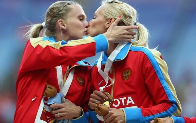 Kseniya Ryzhova e Tatyana Firova se beijam no pódio do Mundial de atletismo, em Moscou