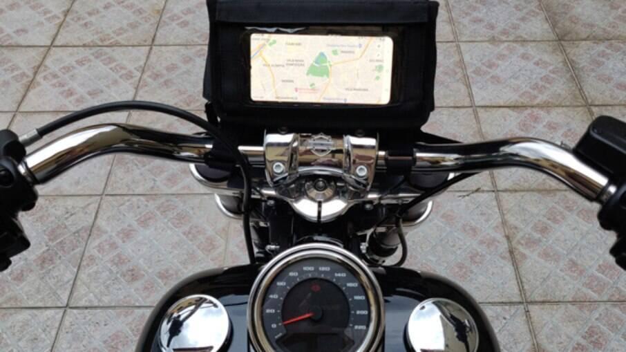 Com a bolsa de guidão, um acessório original Harley, a Sport Glide fica mais prática