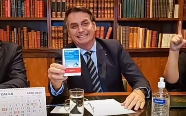 Bolsonaro exibe uma caixa de cloroquina