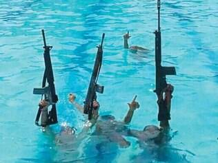Exibidos. Os traficantes aparecem dentro da piscina da vila olímpica, provocando os rivais