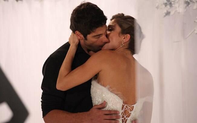 Rubinho agarra Lucena, que cede ao beijo