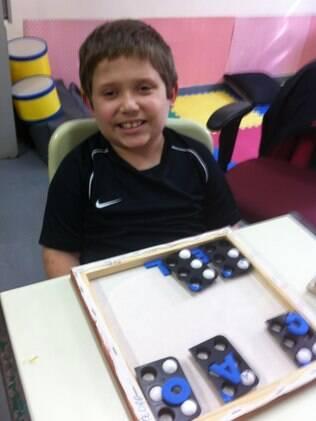 Em apenas quatro meses, o menino Matheus aprendeu o método Braille