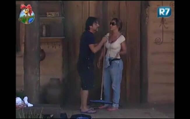 Renata diz para João Kleber que não vai mais fazer papel de palhaça