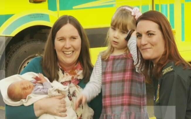 Emma com sua mãe, irmão e a operadora Sarah