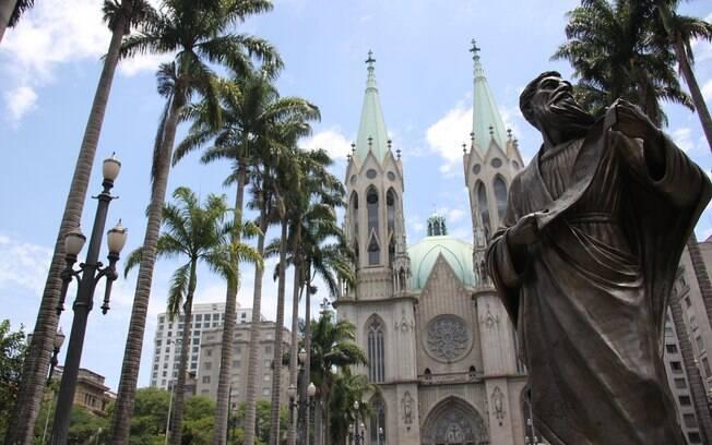 A Catedral da Sé fica bem no centro de São Paulo e tem capacidade para oito mil pessoas