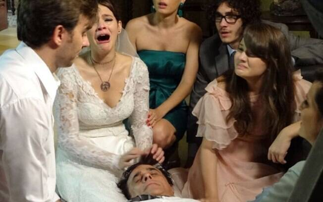 Ramiro, pai de Helena, tem infarto fulminante e morre no altar