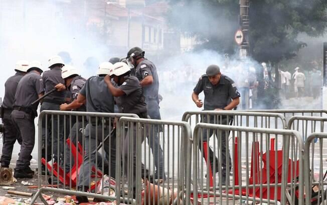 Confusão entre policiais e torcida no Santos  antes da final do Paulistão à frente da Vila  Belmiro