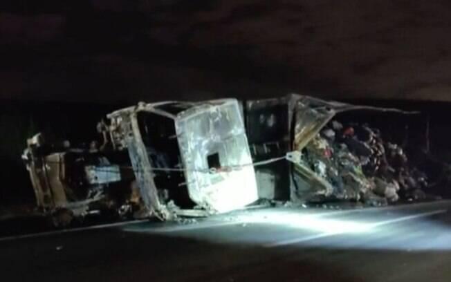 Motorista de carreta fica ferido após acidente na Bandeirantes