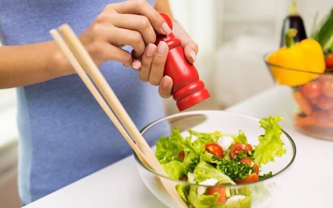 O tempero para a salada varia conforme o seu gosto, o ideal é fugir de misturas muito ácidas ou gordurosas
