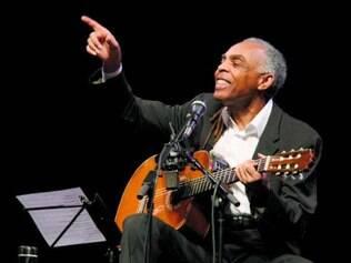 O ex-ministro Gilberto Gil   faz show e fala sobre políticas culturais