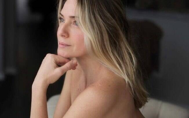 Letícia Spiller abalou seguidores com clique completamente nua. De fora do carnaval, ela curtiu a folia em casa